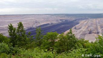 Blick auf den Hambacher Tagebau vom Aussichtspunkt bei Elsdorf-Giesendorf (Foto: DW/ Karin Jäger)