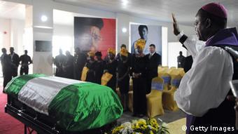 Ein Priester betet am Sard von Chinua Achebe nach dessen Ankunft am Flughafen von Abuja, Nigeria. PIUS UTOMI EKPEI/AFP/Getty Images)