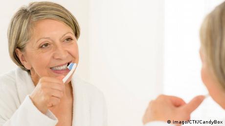 Frau und Zahnbürste