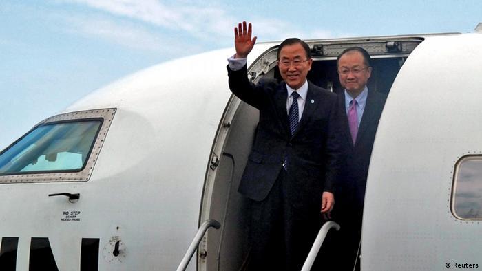UN Generalsekretär Ban Ki-moon winkt von der Gangway eines UN-Flugzeugs in Goma, DR Kongo, 23.05.2013. Hinter ihm Weltbankpräsident Jim Yong Kim (Foto: REUTERS/Jonny Hogg)