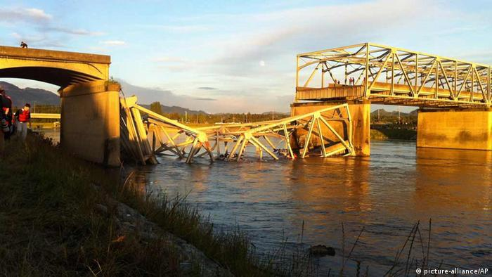A portion of the Interstate 5 bridge is submerged after it collapsed into the Skagit River dumping vehicles and people into the water in Mount Vernon, Wash., Thursday, May 23, 2013 according to the Washington State Patrol. (AP Photo/Skagit Valley Herald, Frank Varga)