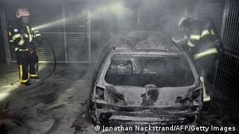Firemen extinguish a burning car parked in an indoor garage in the Stockholm suburb of Tureberg (Photo: JONATHAN NACKSTRAND/AFP/Getty Images/DW)