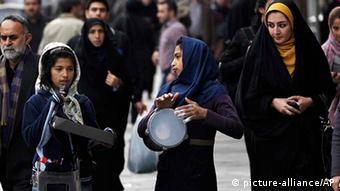 Iran Alltagsleben Straßenszene in Teheran Jugendliche AUSSCHNITT