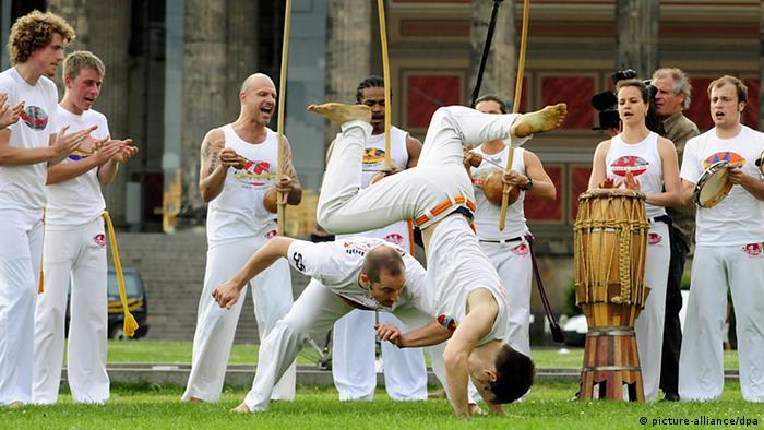 Capoeiristas auf einer Wiese Foto: dpa - Bildfunk