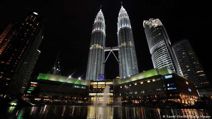 Spektakuläre Firmensitze Malaysia Petronas Towers (Photo credit should read SAEED KHAN/AFP/Getty Images)