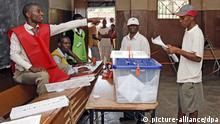 A man casts is vote during the presidential elections taking place in Maputo, Mozambique, 28 October 2009. EPA/ANTONIO SILVA +++(c) dpa - Report+++