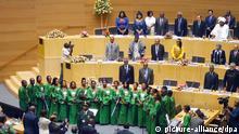 Ein afrikanischer Chor singt am 25.05.2013 zum Auftakt der Feierlichkeiten zum 50. Geburtstag der Afrikanischen Union in Addis Abeba die Hymne der AU. Foto: Carola Frentzen dpa
