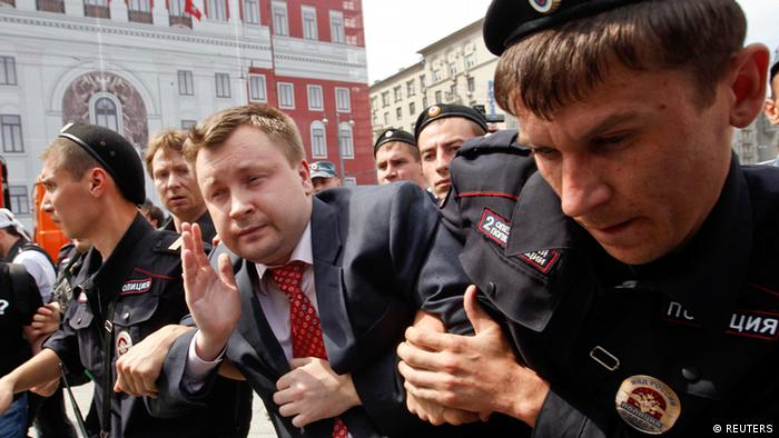 Russian police detain gay rights activist Nikolay Alexeyev during a rally outside the mayor's office in Moscow May 25, 2013. REUTERS/Maxim Shemetov (RUSSIA - Tags: POLITICS CIVIL UNREST)