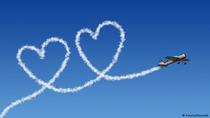A plane creates double hearts in the sky (Fotolia/fotomek)