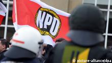 In Karlsruhe (Baden-Württemberg) demonstrieren am 25.05.2013 Rechtsradikale unter denen auch Mitglieder der NPD sind. Unter dem Motto _Freiheit für alle politischen Gefangenen/Für die Wahrung des Artikel 5 Grundgesetz_ haben sich die Rechtsradikalen versammelt. Foto: Uli Deck/dpa