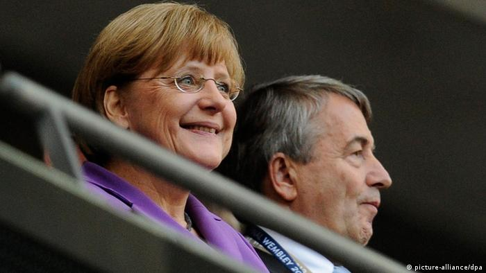 German Chancellor Angela Merkel (L) and Wolfgang Niersbach (R), President of the German Football Association (DFB), are seen before the UEFA Champions League final between Borussia Dortmund and Bayern Munich at Wembley Stadium in London (Photo: EPA/TOM HEVEZI/DW)