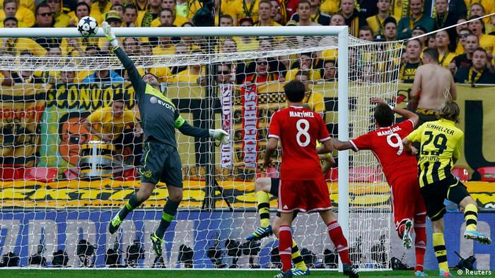 Borussia Dortmund's goalkeeper Zlatan Alomerovic (L) saves a shot by Bayern Munich's Mario Mandzukic during their Champions League Final soccer match at Wembley Stadium in London (Photo:REUTERS/Darren Staples/DW)