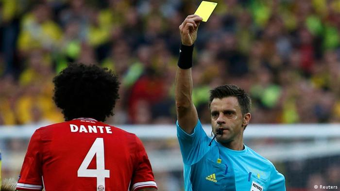 Referee Nicola Rizzoli of Italy shows a yellow card to Bayern Munich's Dante during their Champions League Final soccer match against Borussia Dortmund at Wembley Stadium in London (Photo:REUTERS/Eddie Keogh/DW)