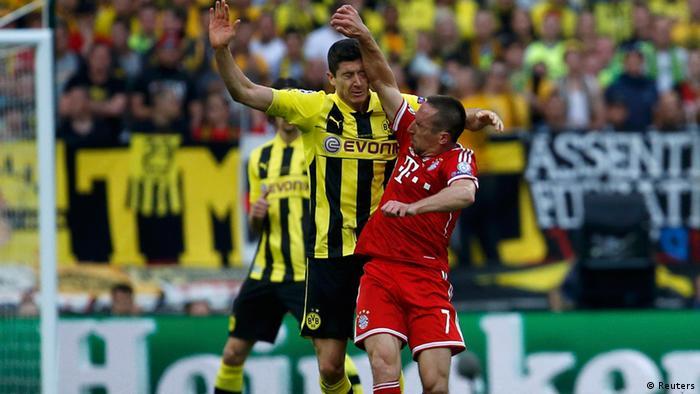 Bayern Munich's Franck Ribery (R) and Borussia Dortmund's Robert Lewandowski (L) clash during their Champions League Final soccer match at Wembley Stadium in London (Photo: REUTERS/Eddie Keogh/DW)