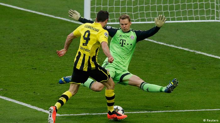 Bayern Munich's goalkeeper Manuel Neuer (R) saves a shot from Borussia Dortmund's Robert Lewandowski during their Champions League Final soccer match at Wembley Stadium in London May 25, 2013. REUTERS/Phil Noble (BRITAIN - Tags: SPORT SOCCER)