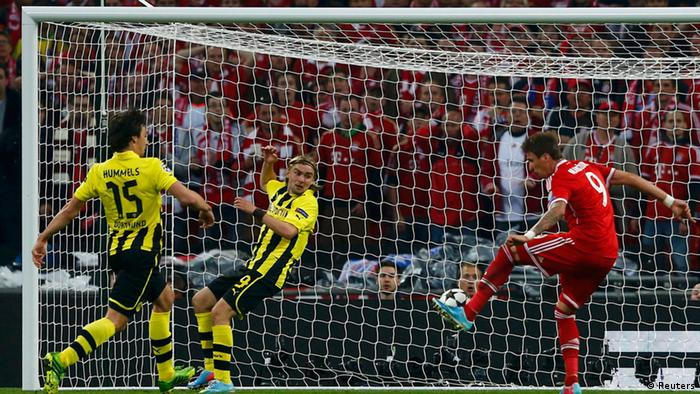 Bayern Munich's Mario Mandzukic score a goal past Borussia Dortmund's Mats Hummels (L) and Marcel Schmelzer (C) during their Champions League final soccer match at Wembley stadium in London(Photo:REUTERS/Michael Dalder/DW)