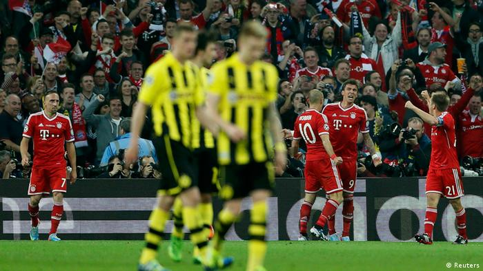 Bayern Munich's Mario Mandzukic (2nd R) celebrates with team mates after scoring during their Champions League Final soccer match against Borussia Dortmund at Wembley Stadium in London May 25, 2013. REUTERS/Stefan Wermuth (BRITAIN - Tags: SPORT SOCCER)