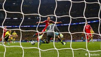 Bayern Munich's Arjen Robben (CENTRE L) shoots to score past Borussia Dortmund's goalkeeper Roman Weidenfeller (CENTRE R) during their Champions League Final soccer match at Wembley Stadium in London May 25, 2013. REUTERS/Eddie Keogh (BRITAIN - Tags: SPORT SOCCER)