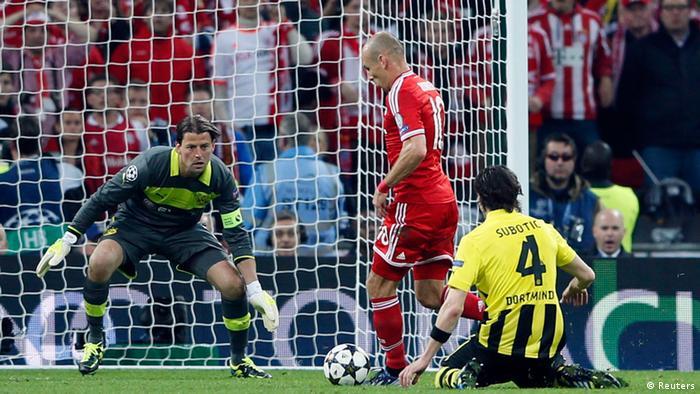 Arjen Robben scores the decisive third goal of the Champions League final. (Photo: Reuters/DW)