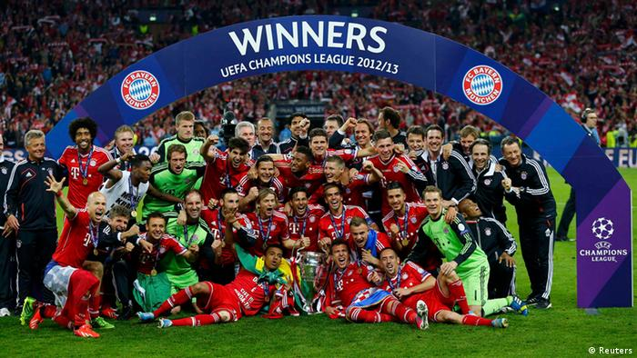 Bayern Munich players and staff celebrate with the trophy after winning the Champions League final soccer match at Wembley stadium in London May 25, 2013. Bayern Munich beat Borussia Dortmund 2-1 in an all-German Champions League final on Saturday to become European champions for the fifth time. REUTERS/Michael Dalder (BRITAIN - Tags: SPORT SOCCER)