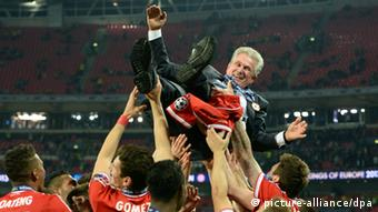 epa03717428 Bayern Munich_s head coach Jupp Heynckes is celebrated by his players after the UEFA Champions League final between Borussia Dortmund and Bayern Munich at Wembley Stadium in London, Britain, 25 May 2013. Bayern won 2-1. EPA/ANDY RAIN +++(c) dpa - Bildfunk+++
