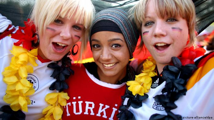 German and Turkish soccer fans cheering together (Photo: Rolf Vennenbernd +++(c) dpa - Report+++)