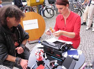 Cidadão descreve seus desejos no centro de Berlim