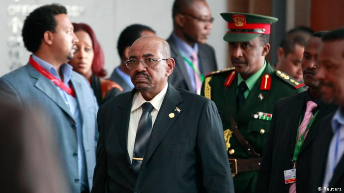 Sudan's President Omar Hassan al-Bashir (C) arrives at the African Union Headquarters for the 21st Ordinary Session of the Assembly of Heads of States and Government in capital Addis Ababa May 26, 2013. REUTERS/Tiksa Negeri (ETHIOPIA - Tags: POLITICS)