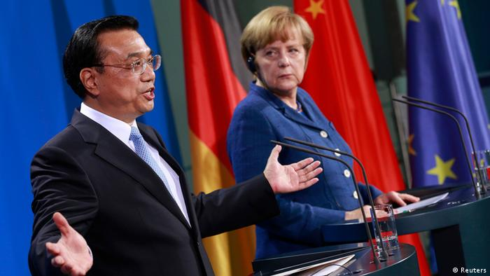 German Chancellor Angela Merkel (R) and Chinese Premier Li Keqiang attend a news conference after talks at the Chancellery in Berlin May 26, 2013. REUTERS/Thomas Peter (GERMANY - Tags: POLITICS)
