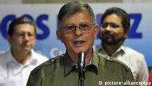 epa03718863 FARC's leader Rodrigo Granda (C), alias Ricardo Tellez, flanked by Luciano Marin (R), alias Ivan Marquez, and Jorge Torres Victoria (L), alias Pablo Catatumbo, talks to journalists at the Palacio de Convenciones in Havana, Cuba, 26 May 2013. Colombian Revolutionary Army Forces (FARC) have said that very important agreements about agrarian matter have been reached with Colombian Government. Agrarian matter is the first of five points in the peace negotiations hold between FARC guerrilla group and Colombian government. EPA/STR EPA/Str +++(c) dpa - Bildfunk+++