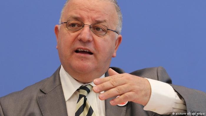 Der Vorsitzende der Türkischen Gemeinde in Deutschland, Kenan Kolat vor der Bundespressekonferenz in Berlin. Foto: DPA