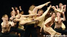 Die Mitwirkenden an der Aufführung Das Frühlingsopfer der Choreografin Pina Bausch tanzen am 15.5.2003 während der Generalprobe in der Bochumer Jahrhunderthalle. Das Stück, das vom 16. bis 18. Mai im Rahmen der Ruhrtriennale 2003 gemeinsam mit Bausch's Werk Cafe Müller gezeigt wird, ist ein Gastspiel des Tanztheaters Wuppertal. Es ist nach Angaben der Veranstalter eines der erfolgreichsten Stücke der Wuppertaler Kompanie, knüpft am deutlichsten an die Tradition des deutschen Ausdruckstanzes an und enthält schon die wesentlichen Stilmittel, die Bausch in ihren folgenden Arbeiten variiert und weiterentwickelt hat. Von Ende April bis Mitte Oktober werden bei der Ruhrtriennale 23 Produktionen mit 129 Veranstaltungen an 15 Spielorten präsentiert.