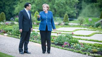 Germany's Chancellor Angela Merkel (R) and China's Premier Li Keqiang speak as they stroll in the park of the German government's Meseberg Palace in Meseberg, some 60 km (37 miles) north of Berlin May 26, 2013 in this picture provided by the Bundesregierung. Picture taken May 26, 2013. Bundesregierung/Guido Bergmann/Handout via Reuters (GERMANY - Tags: POLITICS) ATTENTION EDITORS - THIS IMAGE WAS PROVIDED BY A THIRD PARTY. FOR EDITORIAL USE ONLY. NOT FOR SALE FOR MARKETING OR ADVERTISING CAMPAIGNS. THIS PICTURE IS DISTRIBUTED EXACTLY AS RECEIVED BY REUTERS, AS A SERVICE TO CLIENTS. NO SALES. NO ARCHIVES
