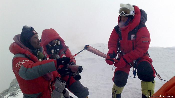 Olympia olympisches Feuer auf dem Mount Everest 2008 (Foto: dpa)