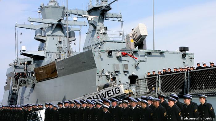 Mit einem militärischen Appell wird die Korvette Braunschweig feierlich in Dienst gestellt. (Bild: dpa/lmv)
