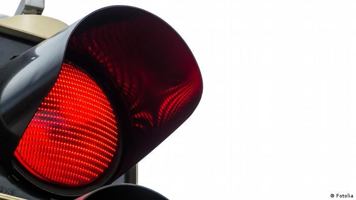 Това е предупреждение към всички, които смятат, че ако на някоя улица в Германия няма автомобили, могат да пресекат и на червен светофар: доста голяма е вероятността да чуете: Спри! Червено е!. Германците обичат да спазват правилата - и не се свенят да се намесят, ако видят някое нарушение.