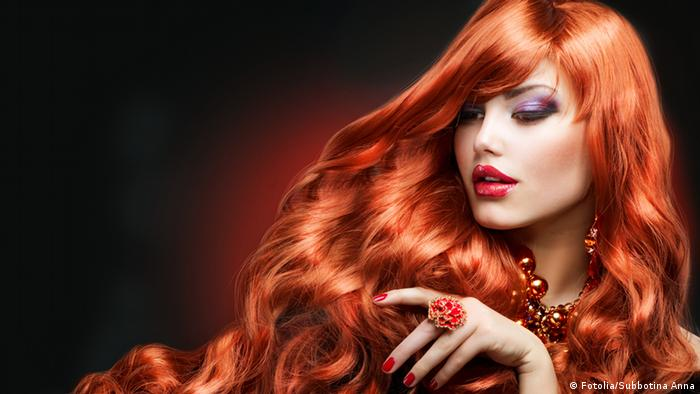 Frau mit rotem langem Haar