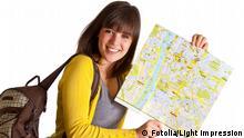 Symbolbild : Urlauberin zeigt Landkarte