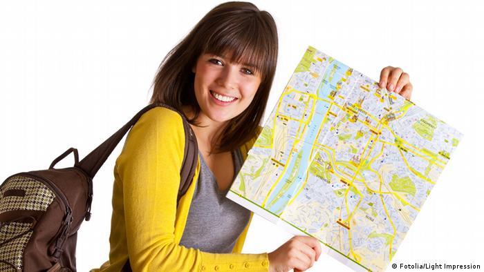 Молодая девушка с картой в руках