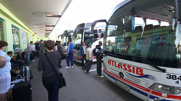 Romanian coaches with destination Germany ready to leave (c) DW/C. Stefanescu