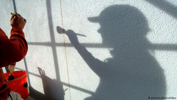 The silhouette of a painter +++(c) dpa - Bildfunk+++