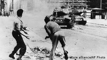 ** ARCHIV ** Demonstranten werfen Steine auf einen russischen T-34 Panzer in der Leipziger Strasse in Ost-Berlin am 17. Juni 1953. Mit Blick auf den 51. Jahrestag des Volksaufstandes vom 17. Juni 1953 in der DDR hat Sachsen-Anhalts Justizminister Curt Becker Entschaedigungsregelungen fuer die Hinterbliebenen der Todesopfer angeregt. Diese Angehoerigen erhalten im Gegensatz zu den Hinterbliebenen der Maueropfer keinerlei finanzielle Unterstuetzung, wie der CDU-Politiker am Mittwoch, 16. Juni 2004, in Magdeburg sagte. (AP Photo/Archiv) ** NUR S/W ** ** FILE ** Photo taken June 17, 1953, showing Germans throwing rocks against Soviet T-34 tanks at the Leipziger Strasse in East-Berlin during the workers uprising, which sees its 51st anniversary on Thursday, June 17. 2004. (AP Photo) **B/W ONLY **