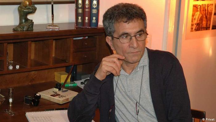Der Iraner Abbas Maroufi in seiner Buchhandlung Hedayat in Berlin. Foto: Privat