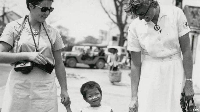 two Helgoland nurses with a Vietnamese child. (Photo: DRK-Archiv)