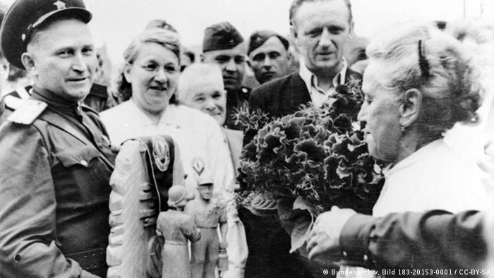 Berliner danken den sowjetischen Soldaten