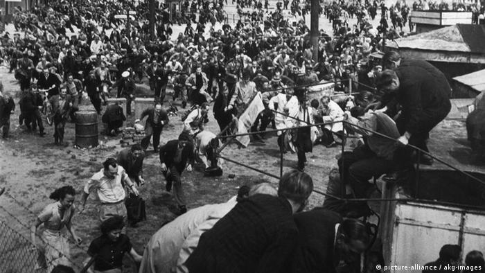 Arbeiteraufstand in Ostberlin und der DDR - die Teilnehmer eines Protestzuges flüchten vor den Schüssen sowjetischer Panzer am Potsdamer Platz. (Foto: picture-alliance / akg-images)