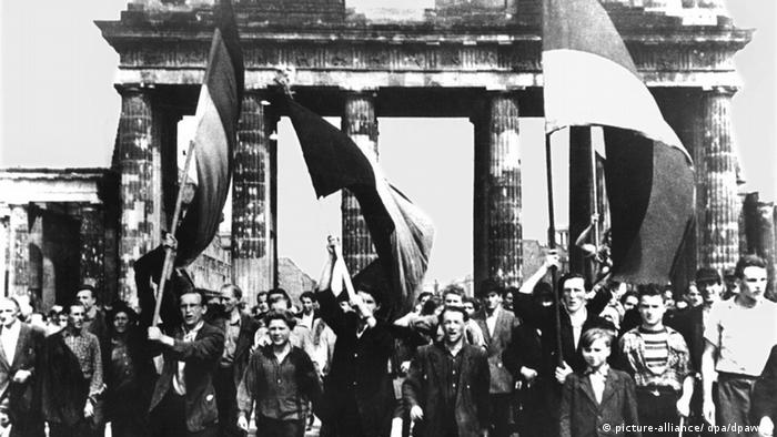On 17.06.1953 Protesters march at the Brandenburg Gate in East Berlin. +++(c) dpa - Bildfunk+++