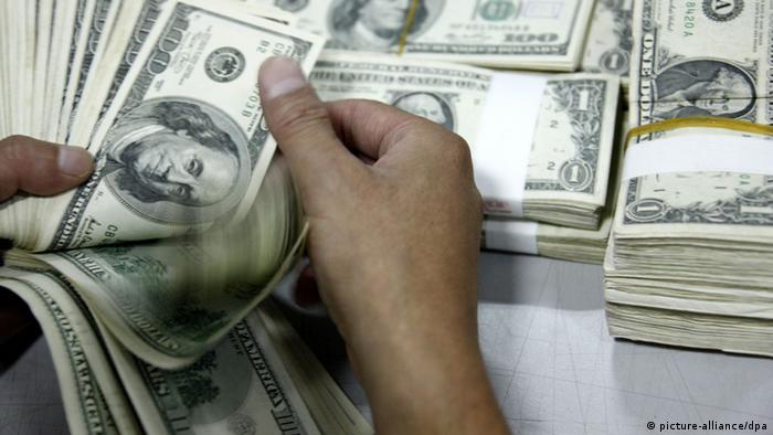 Рука, пересчитывающая доллары