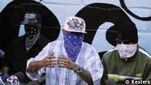 Members of the Calle 18 street gang attend a news conference at the prison in San Pedro Sula May 28, 2013. Two of the most violent gangs in Honduras announced a truce on Tuesday under a church-brokered drive to stem a tide of violence that has turned Honduras into the world's most murderous country. Masked members of the Calle 18 and Mara Salvatrucha gangs made separate announcements from within San Pedro Sula prison in northern Honduras, which houses the country's most violent criminals. REUTERS/Jorge Cabrera (HONDURAS - Tags: CIVIL UNREST CRIME LAW) // eingestellt von se