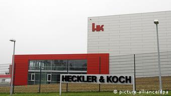Firmenlogo und Werksgebäude des Waffenherstellers Heckler & Koch GmbH in Oberndorf am Neckar